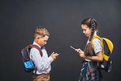 Problemas de uma comunicação das crianças Depend?ncia em redes sociais foto de stock