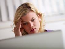 Problemas del dolor de cabeza y de salud para la mujer en el trabajo Imagen de archivo libre de regalías