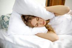 Problemas del insomnio en cama imágenes de archivo libres de regalías