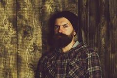 Problemas del ` s del adolescente Hombre barbudo que presenta en chaqueta elegante del sombrero negro y de la tela escocesa Imágenes de archivo libres de regalías
