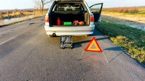 Problemas do carro, tri?ngulo de advert?ncia vermelho! fotos de stock