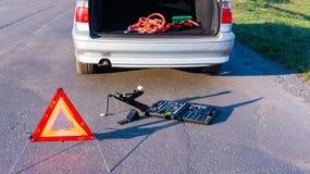 Problemas do carro, tri?ngulo de advert?ncia vermelho! foto de stock