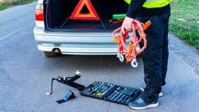 Problemas do carro, tri?ngulo de advert?ncia vermelho! fotografia de stock royalty free