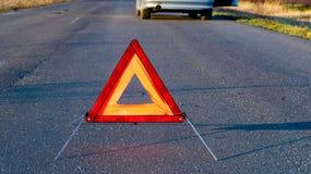 Problemas do carro, tri?ngulo de advert?ncia vermelho! fotos de stock royalty free