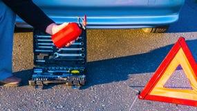 Problemas do carro, tri?ngulo de advert?ncia vermelho! imagem de stock