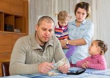 Problemas financieros en familia foto de archivo