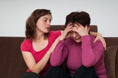Problemas grandes - a filha consola a matriz sênior Fotos de Stock Royalty Free