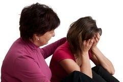 Problemas - la madre mayor conforta a la hija foto de archivo