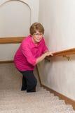 Problemas mayores de la movilidad de las escaleras de la subida de la mujer Foto de archivo libre de regalías