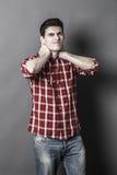 Problemas musculares para el cuello relajante del hombre deportivo joven foto de archivo libre de regalías