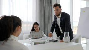 Problemas no trabalho, mentor agressivo com os colaboradores no centro de negócios, povos do escritório no trabalho, vídeos de arquivo