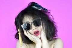 Problemas secos e danificados do cabelo, preocupação da jovem mulher sobre seu cabelo tangled desarrumado fotografia de stock royalty free