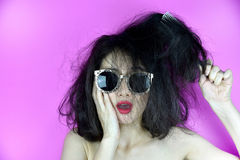 Problemas secos e danificados do cabelo, preocupação da jovem mulher sobre seu cabelo tangled desarrumado foto de stock