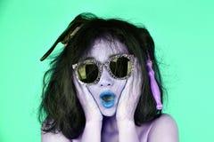 Problemas secos e danificados do cabelo, preocupação da jovem mulher sobre seu cabelo tangled desarrumado imagens de stock
