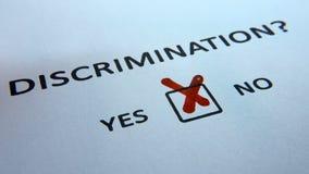 Problemas sociales de la discriminación, completando un cuestionario de un checkbox almacen de video