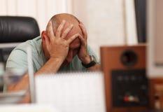 Probleme bei der Arbeit oder den Kopfschmerzen Stockfotografie