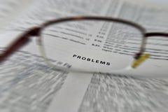 Probleme, Buchlesung der elektronischen Technik mit Gläsern auf offener Seite Lizenzfreie Stockbilder