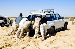 Probleme mit Auto während Safari an der Wüste Stockfotografie