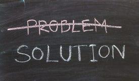 Problemenoplossingen met de hand geschreven met wit krijt op een bord stock foto