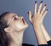 Problemet depressioned tonåringen med den blödande näsan, verkligt missbrukareslut upp konventionellt ilsket Arkivfoton