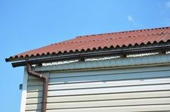 Problemi comuni della grondaia Cattiva grondaia Alloggi la costruzione con il sistema della grondaia della pioggia e del tetto co Fotografia Stock