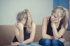 Problemi dell'adolescente - adolescente gridante triste e sua madre preoccupata fotografia stock libera da diritti