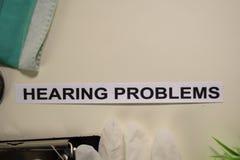 Problemi di udito con ispirazione e la sanità/concetto medico sul fondo dello scrittorio fotografia stock