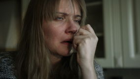 Problemi sanitari per la giovane donna che starnutisce nella cucina archivi video