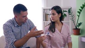 Problemi sociali in famiglia, moglie di maternità con il marito con il test di gravidanza positivo furioso tramite i risultati ne archivi video