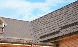 Problemområden för husmetallhörnet som taklägger Waterproofing för konstruktion Stuprännasystemet och takskydd från snö stiger om arkivfoton