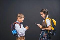 Problemy komunikacja dzieci Zale?no?? na og?lnospo?ecznych sieciach zdjęcie stock