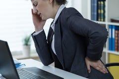 Problemy z kręgosłupem przy biurową pracą fotografia stock