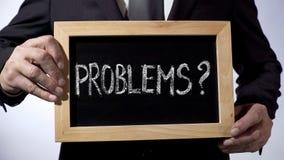 Problemy z znakiem zapytania pisać na blackboard, biznesmena mienia znak fotografia royalty free