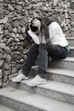 Problèmes d'années de l'adolescence. Jeune seul femme à la ville Image libre de droits
