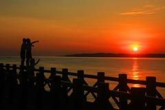 Probolinggo Indonesië 6 juli, 2016 Silhouet van kinderen die het welkom heten zonsopgang op het strand spelen royalty-vrije stock afbeeldingen