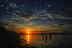 Probolinggo indonesia Juli 6, 2016 Kontur av fiskare, när solen stiger på stranden arkivbilder