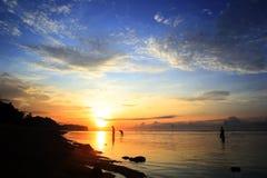 Probolinggo indonesia Juli 6, 2016 Kontur av fiskare, när solen stiger på stranden royaltyfria bilder