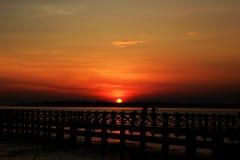 Probolinggo Indonesien 6. Juli 2016 Schattenbild der Sonnenaufgänge auf dem Strand lizenzfreie stockfotos