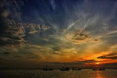 Probolinggo Indonesien 6. Juli 2016 Schattenbild der Sonnenaufgänge auf dem Strand stockbilder