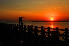 Probolinggo Indonesien 6. Juli 2016 Schattenbild der Sonnenaufgänge auf dem Strand lizenzfreie stockbilder