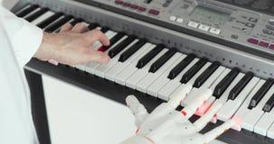 Procès d'essai de la main robotique de prothèse jouant le piano essayant d'appuyer sur les bonnes touches répétant pour la ma clips vidéos