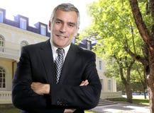 Procès d'homme aîné d'affaires d'immeubles d'hôtel extérieur Photo libre de droits