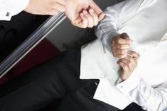 Procès de mariage devant le miroir Photos libres de droits