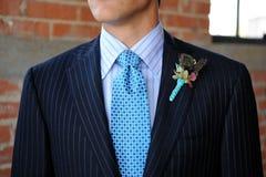 Procès Pinstriped bleu avec la relation étroite et le Boutonniere Photo libre de droits
