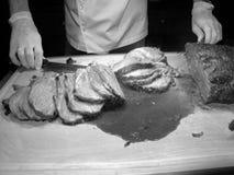 Procédé de couper la viande rôtie Images stock