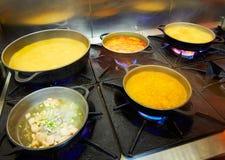 Procédé de cuisson de Paella de fruits de mer avec le calmar Photo libre de droits