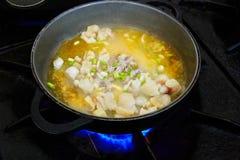 Procédé de cuisson de Paella de fruits de mer avec le calmar Photographie stock libre de droits