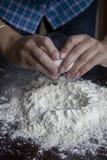 Procédé de préparation de la pâte d'ajouter l'oeuf à la farine photographie stock libre de droits