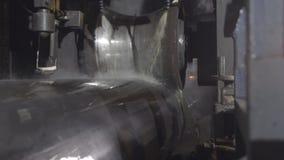 Procédé de roulement de tube à l'usine Plan rapproché de processus de fabrication de tuyau en métal Outillage industriel dans lou photographie stock libre de droits