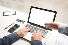 Procédé de travail d'équipe Homme d'affaires deux avec l'ordinateur portable dans l'espace ouvert  Image stock